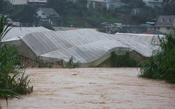 Heavy rain causes serious flooding.
