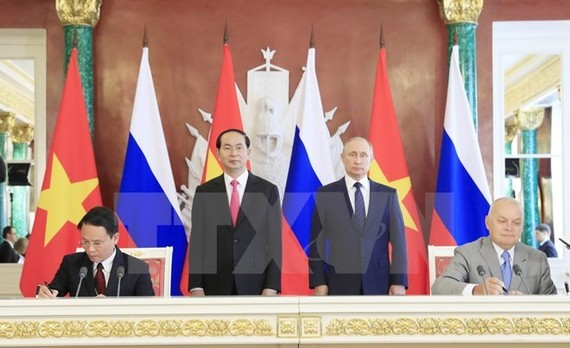 Vietnam News Agency General Director Nguyen Duc Loi (sitting, left) signs the cooperation agreement with Sputnik Information Agency in Moscow on June 29 (Source: VNA)