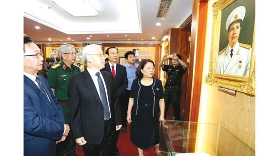 General Secretary Nguyen Phu Trong views photos, documentaries and exhibits about the life as well as revolutionary career of General Nguyen Chi Thanh inside his memorial house.