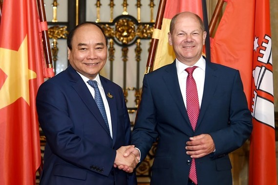 Prime Minister Nguyen Xuan Phuc (L) and First Mayor of Hamburg Olaf Scholz (Source: VNA)