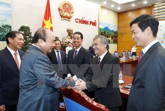 Prime Minister Nguyen Xuan Phuc and the ambassadors at the meeting (Photo: VNA)