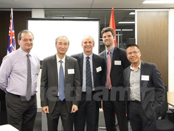 Consul General Phung The Long (second from left) takes photo with business representatives from Western Australia State (Photo: VNA)