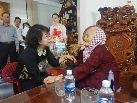 Chairwoman of Vietnam Fatherland Front Committee in Ho Chi Minh City To Thi Bich Chau visits  heroic Vietnamese mother Nguyen Thi Doi