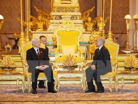 Party General Secretary Nguyen Phu Trong (L) holds talks with King Norodom Sihamoni (Source: VNA)