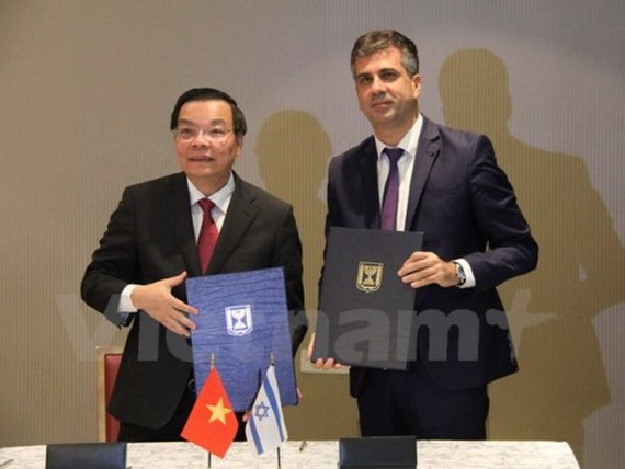 Vietnamese Minister of Science and Technology Chu Ngọc Anh and Israeli Minister of Economy and Industry Eli Cohen sign co-operation MoU in Tel Aviv. Photo Viet Thang