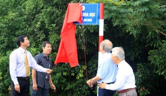 Physical Nobel laureate Professor Gerard 't Hooft, chairman of Meeting Vietnam Association and leaders of the People's Committee of Binh Dinh open a red piece of cloth to inaugurate the first science street in Vietnam