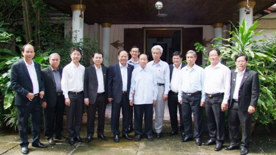 High- ranking delegation of Ho Chi Minh City visits former Prime Minister and President of the Lao Front for National Construction Sisavat Keobunphan.