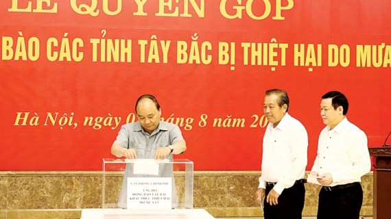Prime Minister Nguyen Xuan Phuc and deputy prime ministers launch a fund raising ceremony to help flood-affected in the Northwest provinces