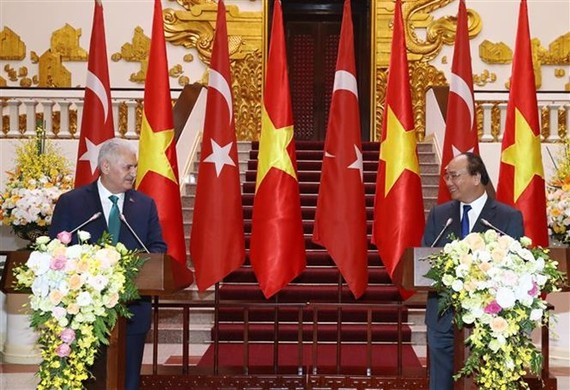 Prime Minister Nguyen Xuan Phuc (R) and his Turkish counterpart Binali Yildirim meet the media after their talks (Photo: VNA)