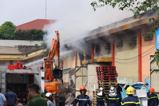 A huge blaze suddenly breaks out a warehouse inside the Hanoi Port