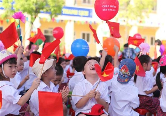 Pupils cheer at the ceremony launching the 2017-2018 academic year at the Vinh Hung elementary school in Hanoi on September 5 (Photo: VNA)