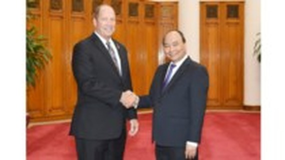 Vietnamese Prime Minister Nguyen Xuan Phuc  (R) and Ted Yoho, Chairman of the Asia and the Pacific Subcommittee at the US House Committee on Foreign Affairs