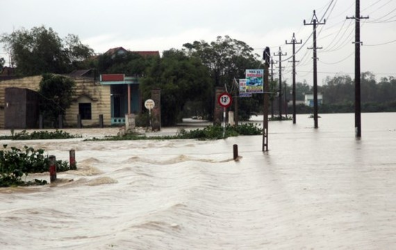 Houses in Binh Dinh are isolated due to flooding