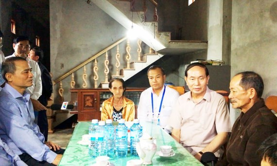 President Tran Dai Quang visits  flood- hit area in Da Nang city
