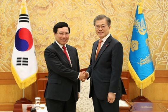 Minister of Foreign Affairs of Vietnam Pham Binh Minh (L) and President of South Korea Moon Jae-in (Photo: VGP)