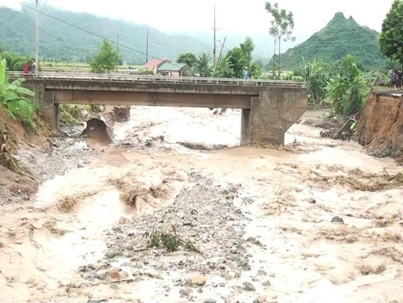 Part of a bridge in Son La province was washed away by floodwater (Photo: VNA)