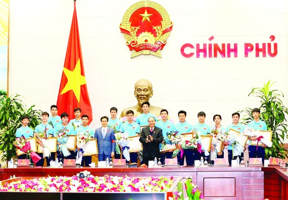 Prime Minister Nguyen Xuan Phuc and Deputy Prime Minister Vu Duc Dam pose with members of the Vietnamese U23 football team