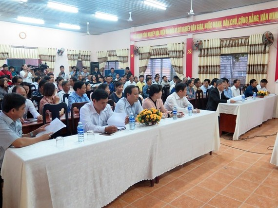 Officials and people of Hoa Lien commune at the meeting with Da Nang city's leaders on March 2 (Photo: VNA)