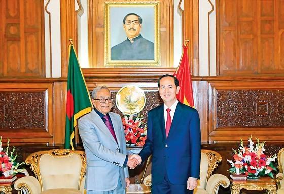 Vietnamese President Tran Dai Quang (R) and Bangladesh President Abdul Hamid