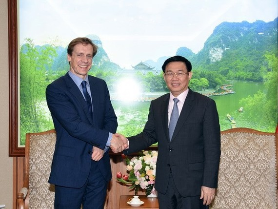 Deputy Prime Minister Vuong Dinh Hue (R) greets Justin Wood, head of the Asia-Pacific region of the WEF. (Photo: VNA)