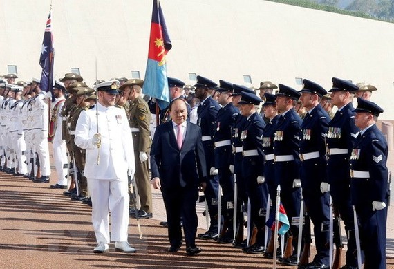 Prime Minister Nguyen Xuan Phuc reviews an honour guard in Australia. (Photo: VNA)