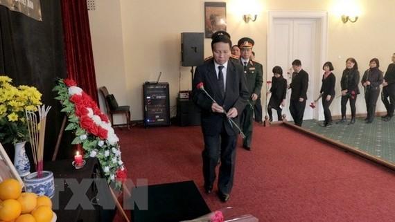 Vietnamese Ambassador to Russia Ngo Duc Manh, staff of the Vietnamese Embassy and Vietnamese people in Russia pay homage to late PM Phan Van Khai (Photo: VNA)
