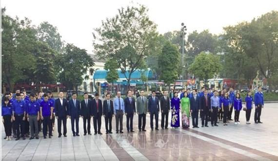 Hanoi leaders offer flowers at a statue of Vladimir Ilyich Lenin