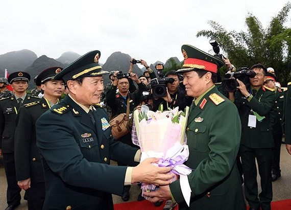 Chinese Defense Minister Wei Fenghe welcomes Vietnamese Defense Minister General Ngo Xuan Lich (Photo: the People's Army of Vietnam)