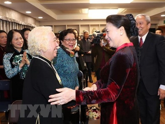 NA Chairwoman Nguyen Thi Kim Ngan (R) meets with Vietnamese community in RoK (Source: VNA)