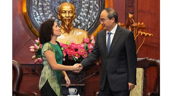 Secretary of the Ho Chi Minh City Party Committee Nguyen Thien Nhan (R) and new ambassador of Uruguay to Vietnam Rosario Portell