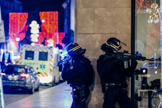 A manhunt was underway after the killer opened fire at around 8pm local time of December 11 on one of the city's busiest streets in France's Strasbourg city, sending crowds of evening shoppers fleeing for safety. (Photo: AFP/VNA)