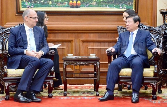 Chairman of the Ho Chi Minh City People's Committee Nguyen Thanh Phong and Danish ambassador to Vietnam Kim Hojlund Christensen