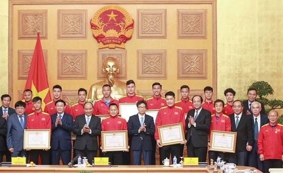 PM Nguyen Xuan Phuc offers First-class Labor Medal to Vietnam football team (Photo:Minh Hoang)