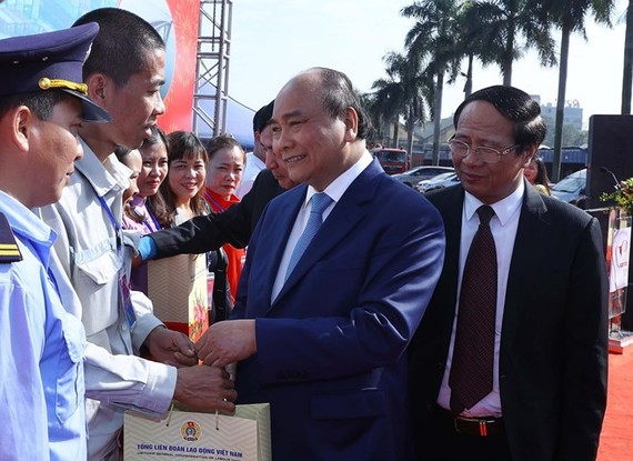 Prime Minister Nguyen Xuan Phuc presents gift packages to workers in Hai Phong port city (Photo: VNA)