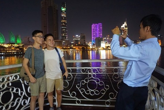 Visitors enjoy Sai Gon River at night (Photo: VNA)