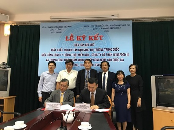 A signing ceremony of Memorandum of Understanding on rice export between the Vietnam Southern Food Corporation and the Food Valley of China