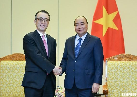 Vietnamese Prime Minister Nguyen Xuan Phuc (R) and Kanetsugu Mike, Executive President of Mitsubishi UFJ Financial Group (MUFG) Bank
