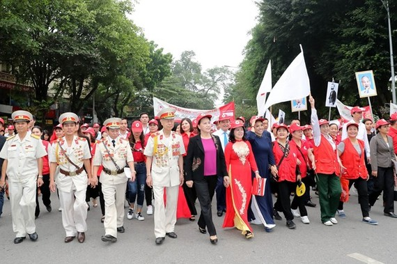 National Assembly Chairwoman Nguyen Thi Kim Ngan (front, fifth from right) joins officials and local residents in a walk around Hoan Kiem Lake in Hanoi on May 11 to popularise the Humanitarian Month (Photo: VNA)