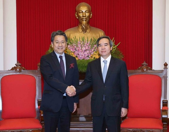 Politburo member and head of the Party Central Committee's Economic Commission Nguyen Van Binh (right) receives Governor of the Japan Bank for International Cooperation Tadashi Maeda in Hanoi on May 17 (Photo: VNA)
