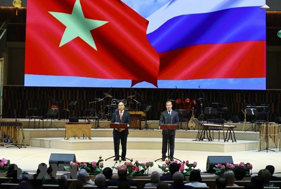 Vietnamese Prime Minister Nguyen Xuan Phuc (left) and his Russian counterpart Dmitry Medvedev speak at the launching ceremony. (Photo: VNA)