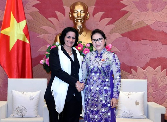 National Assembly Chairwoman Nguyen Thi Kim Ngan (R) and head of the Cuban supreme people's procuracy Yamila Pena Ojeda (Photo: VNA)