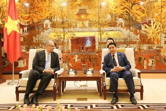 Chairman of the municipal People's Committee Nguyen Duc Chung (R) and newly-accredited Danish Ambassador to Vietnam Kim Hojlund Christensen (Photo: thanglong.chinhphu.vn)