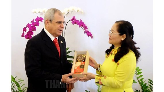Chairwoman of Ho Chi Minh City People's Council Nguyen Thi Le offer a souvenir to  Secretary of the Council of State of Cuba.  