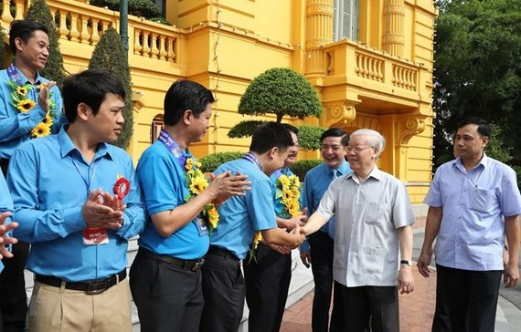 Party General Secretary and President Nguyen Phu Trong (second, right) meets outstanding trade union leaders, officials (Photo: VNA)