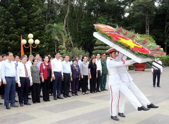 Politburo member and National Assembly Chairwoman Nguyen Thi Kim Ngan on July 24 paid tribute to fallen soldiers in Ho Chi Minh City. (Photo: VNA)