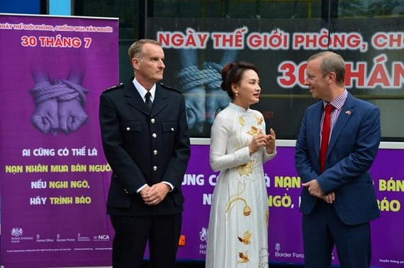 British Ambassador to Vietnam Gareth Ward (R) and Vietnamese actress Bao Thanh at the event (Photo: thanhnien.vn)