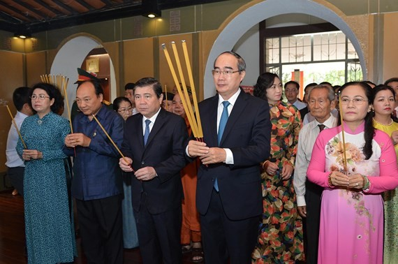 A delegation of Ho Chi Minh City Party Committee, People's Council, People's Committee and Vietnam Fatherland Front Committee of Ho Chi Minh City offer incense at the Ton Duc Thang Museum on the 131th birth anniversary of President Ton Duc Thang (photo:Vi