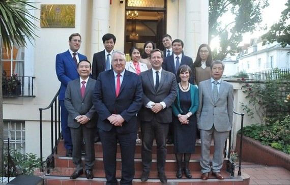 he Vietnamese delegation and UK officials (Photo: VNA)
