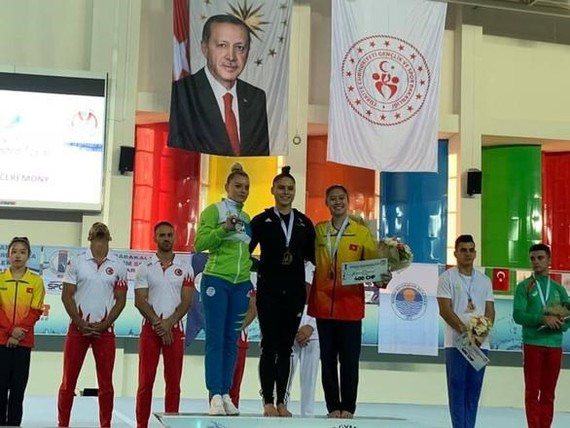 Nguyen Tienna Katelyn (right) celebrates winning bronze medal at the FIG Artistic Gymnastics World Challenge Cup in Turkey. (Photo: tuoitre.vn)