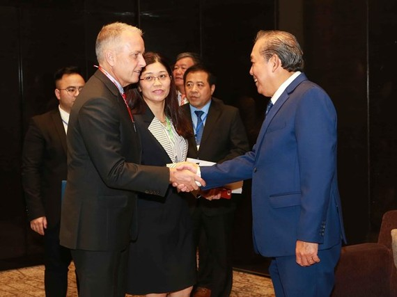 Deputy Prime Minister Truong Hoa Binh (R) greets delegates to the ministerial meeting on drug crime combat in Hanoi on September 10 (Photo: VNA)